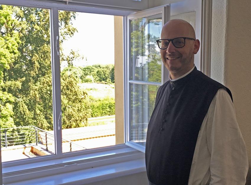 P. Kilian vor einem Fenster des Klosters