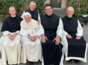 Abt Maximilian, Fabian Eibl, Pater Subprior Aelred und Pater Georg beim emeritierten Papst Benedikt XVI.