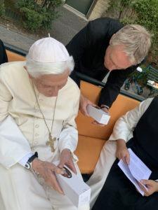 Papa emeritus Benedikt XVI. und Erzbischof Georg Gänswein mit der Kerze der JOSEFSFREUNDE