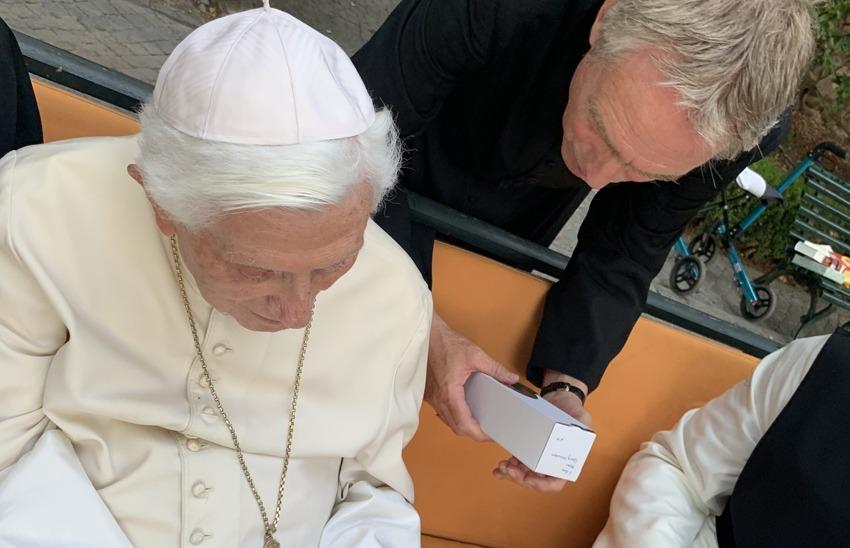 Papa emeritus Benedikt XVI. und Erzbischof Georg Gänswein erhalten die Kerze der JOSEFSFREUNDE
