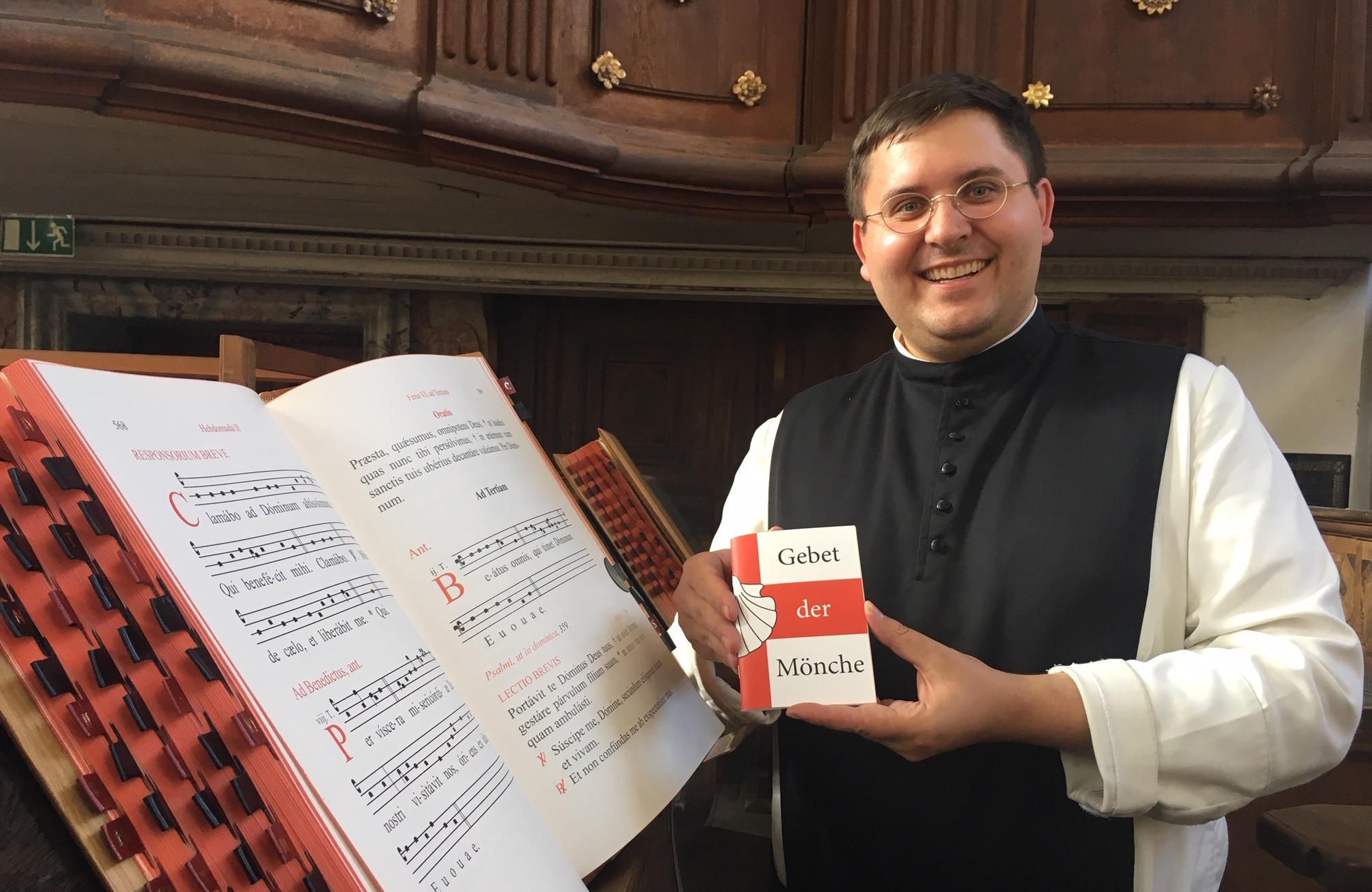 """Pater Konrad mit der Broschüre """"Gebet der Mönche"""""""