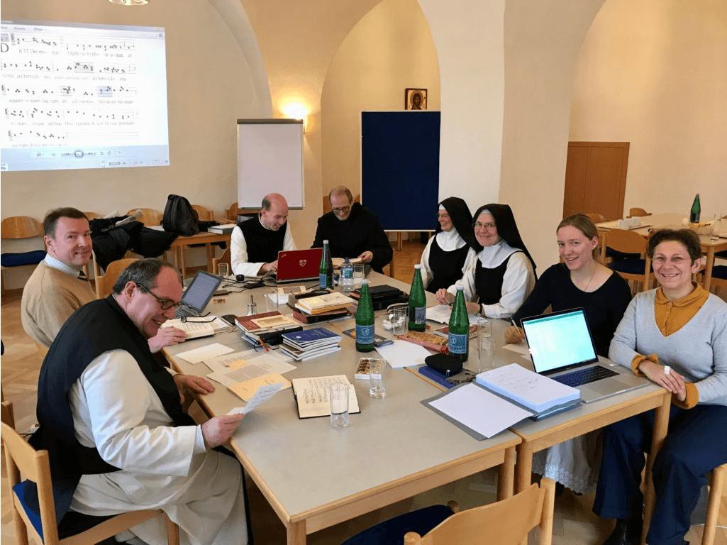 Die Mitglieder dieser Gruppe sind Pater Coelestin, Schwester Sylvaine, Schwester Katharina, Prof. Giedrius Gapsys, Pater Prior Simeon, Frater Zacharias und Prof. Frater Kees Pouderoijen.